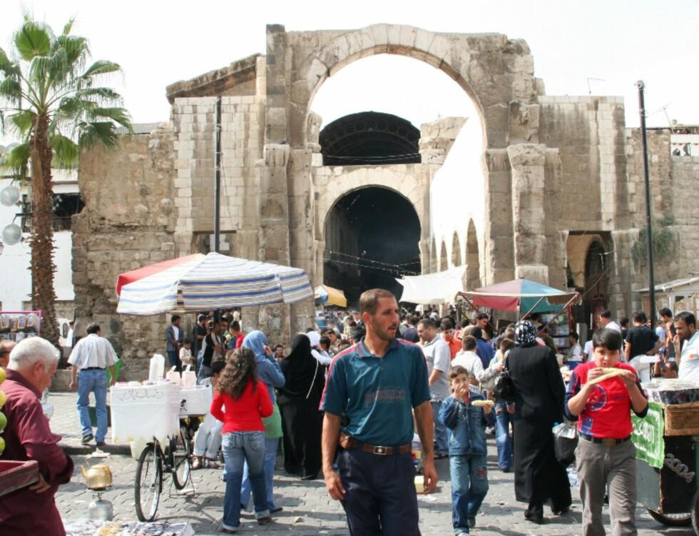 Damaskus' gater preges av et yrende gateliv. I bakgrunnen ser vi den vestre tempelporten.  Foto: Bengt Sigvardsson