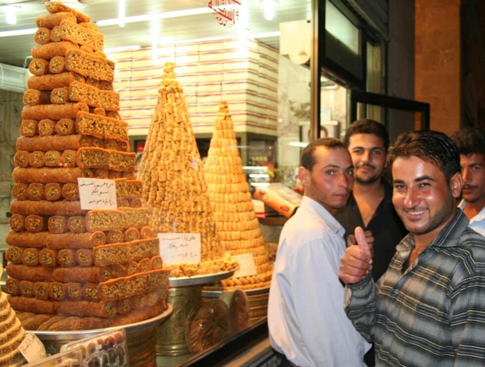 Tommelen opp for syriske kaker. Foto: Bengt Sigvardsson