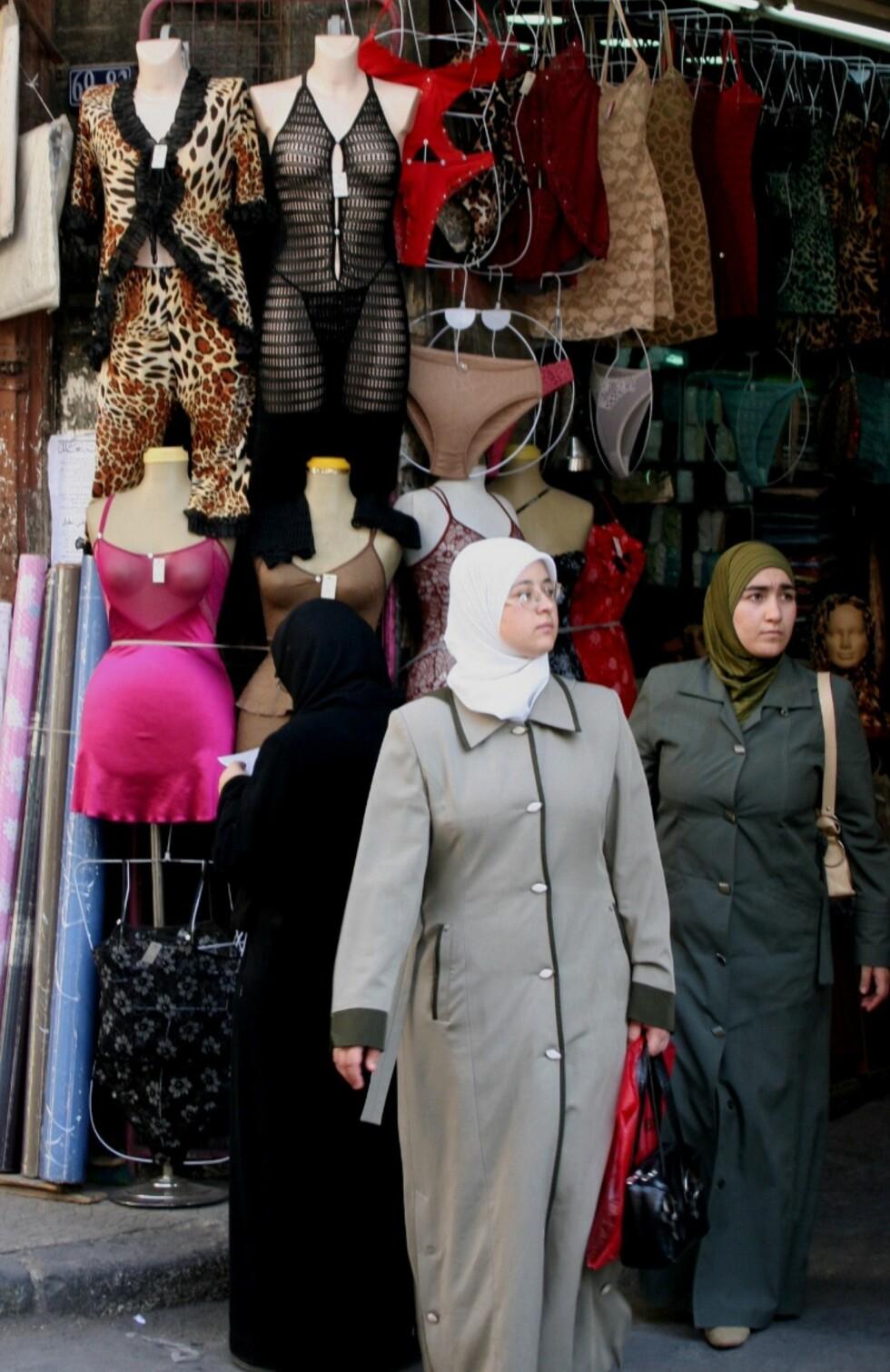 I Damaskus klesbasarer finner du alt fra hijaber til nettingkjoler. Det er kanskje stor forskjell på hvordan Damaskus' kvinner går kledt ute blant folk, og privat? Foto: Bengt Sigvardsson