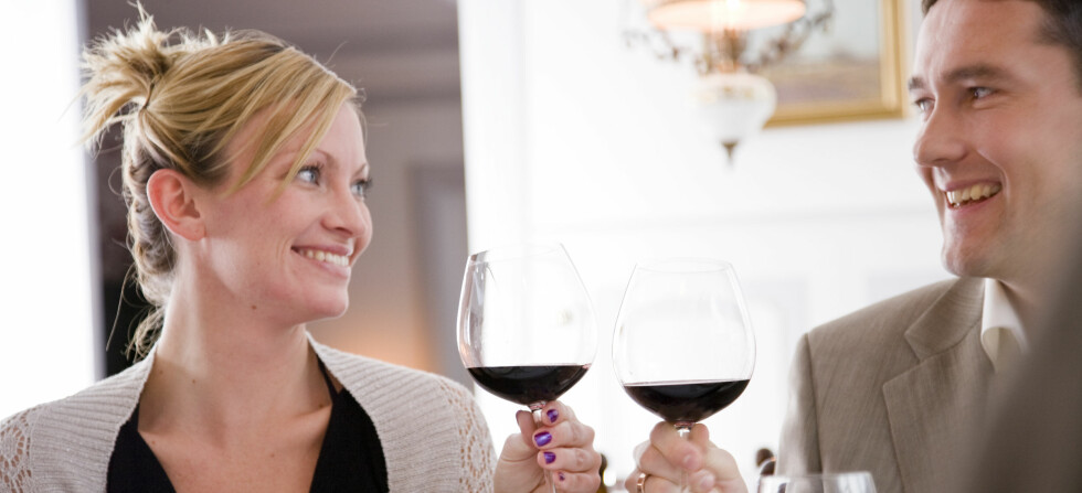 Alkohol gjør at vi finner hverandre mer attraktive enn vi ellers ville gjort, viser ny forskning. Illustrasjonsfoto: colourbox.com