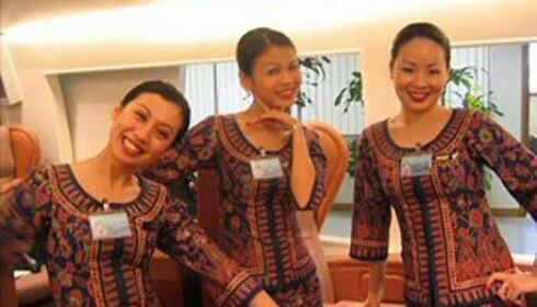 Smilende, og kliss like. Les hemmeligheten bak de vakre flyvertinnene til Singapore Airlines i saken det er lenket til.