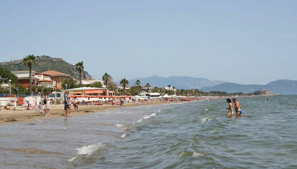 Terracina byr på en mer enn fem kilometer sandstrand. Her er det fint å bade og en rekke steder å innta lunsjen. Langs stranden er det også en promenade som egner seg ypperlig både til en gåtur eller jogging.  Foto: Elin Fugelsnes