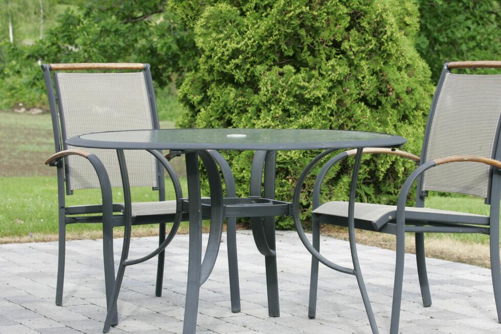 Hagemøbler er eksempler på varer det lønner seg å kjøpe i august og september. Foto: Colourbox.com