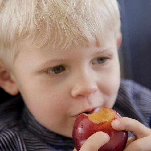 Rundt 50 prosent av elever i den norske grunnskolen får gratis frukt og grønnsaker. Illustrasjonsfoto: Colourbox