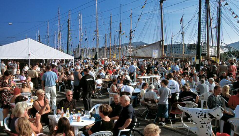 Det blir et herlig folkeliv langs Bryggen når 500.000 strømmer til for å se skutene i løpet av de 4 1/2 dagene arrangementet varer .  Foto: Per Eide