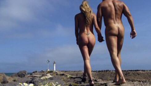 Langs Danmarks lange strender er det plass til badegjester både med og uten badebukse. Foto: Colourbox