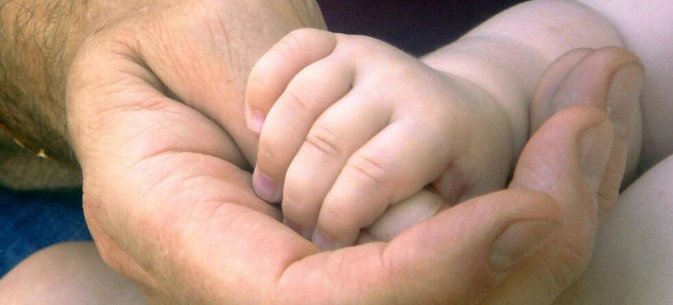 Den unge trebarnspappaen Ged Fulton blir snart Storbritannias yngste bestefar. Illustrasjonsfoto: Colourbox