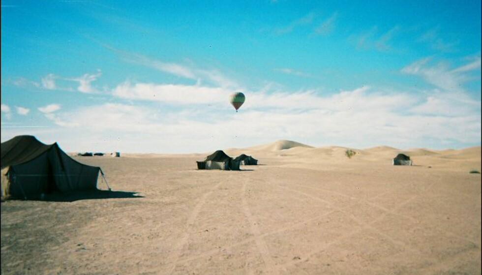 En luftballong kom seilende over ørkenen. Forhåpentligvis hadde de nok drivstoff til å komme seg tilbake til sivilisasjonen. Foto: Håkon Jarle