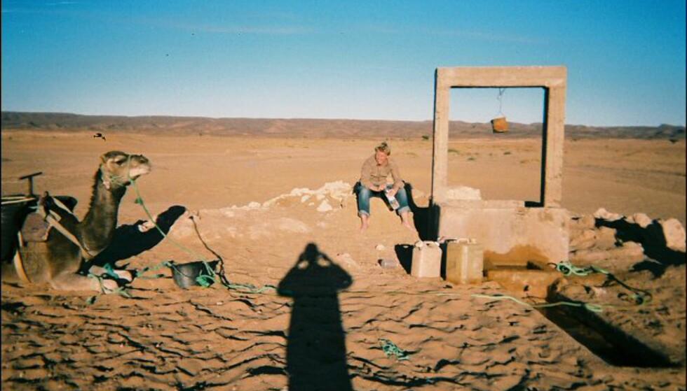 Daouad tar bilde av artikkelforfatter Håkon Jarle sammen med dromedarene ved brønnen. Foto: Håkon Jarle