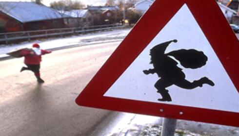 """På veien ned mot Drøbak sentrum finner du Norges eneste nissetrafikkskilt. """"Fare - se opp for nissen"""". Foto: Julehuset i Drøbak"""