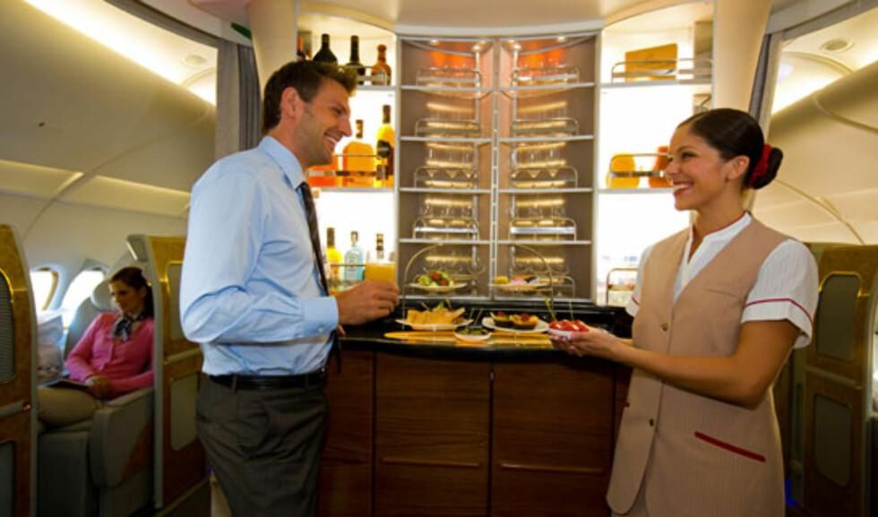Blir du fysen på noe mat utenom måltidene, er det bare å henvende seg til kabinpersonalet. Foto: Emirates