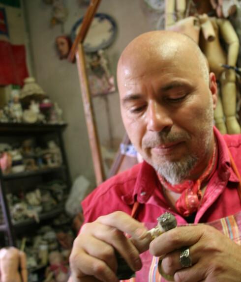 Federicos store never har ingen problemer med å male på bittesmå porselensfigurer.