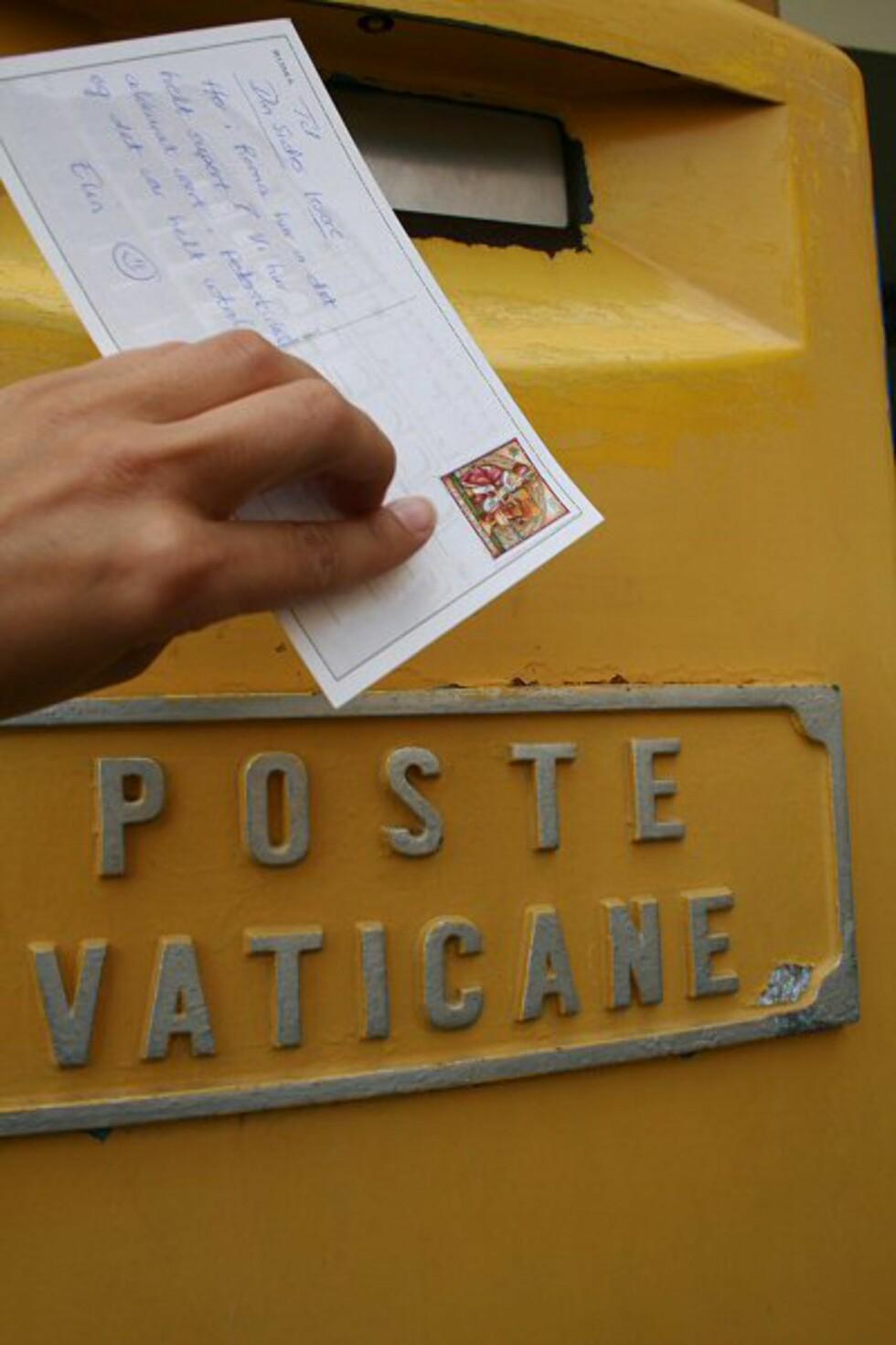 Vatikanstaten er verdens minste stat, men har egen tv-stasjon og jernbanestasjon og eget rettsvesen og postvesen. Skal du sende postkort herfra, nytter det altså ikke å prøve seg med vanlige Italia-frimerker. Foto: Elin Fugelsnes