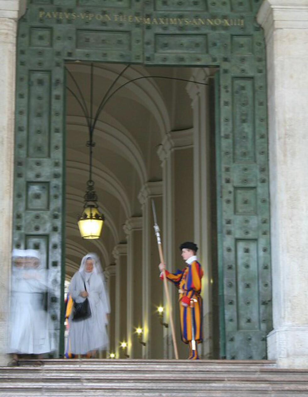 Peterskirken ligger i Vatikanstaten og er en av Romas mest kjente attraksjoner. Vakter fra spesialstyrken Sveitsergarden tjenestegjør som pavens livgarde og Vatikanets forsvar.  Foto: Elin Fugelsnes