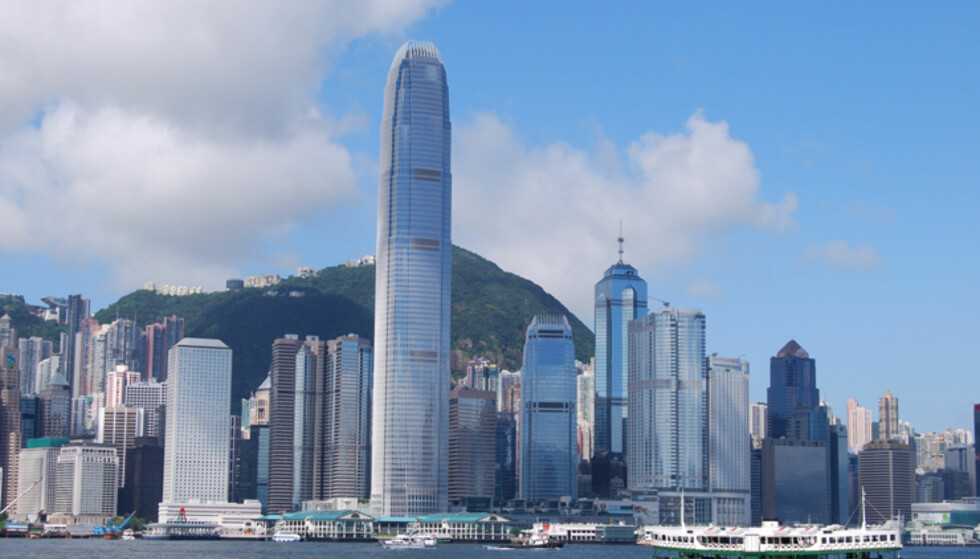 Hong Kong: International Finance Centre er den høyeste bygningen i Hong Kong. Her med Victoria Peak i bakgrunnen. Foto: Wikipedia