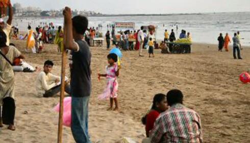 Mumbaiere valfarter til Juhustranden når de har fri. Foto: Dag Erik Grøtnæs