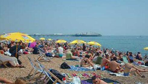 Tettpakket med folk i Brighton på solskinnsdager i helgene. Foto: Stine Okkelmo