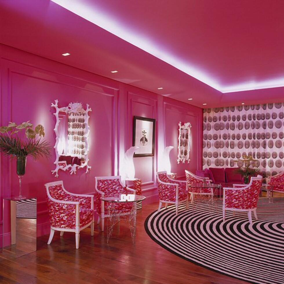 """Fra den rosa salongen. Merk """"krasjen"""" mellom det stripete teppet og de blomstrete stolene. Foto: The g hotel"""