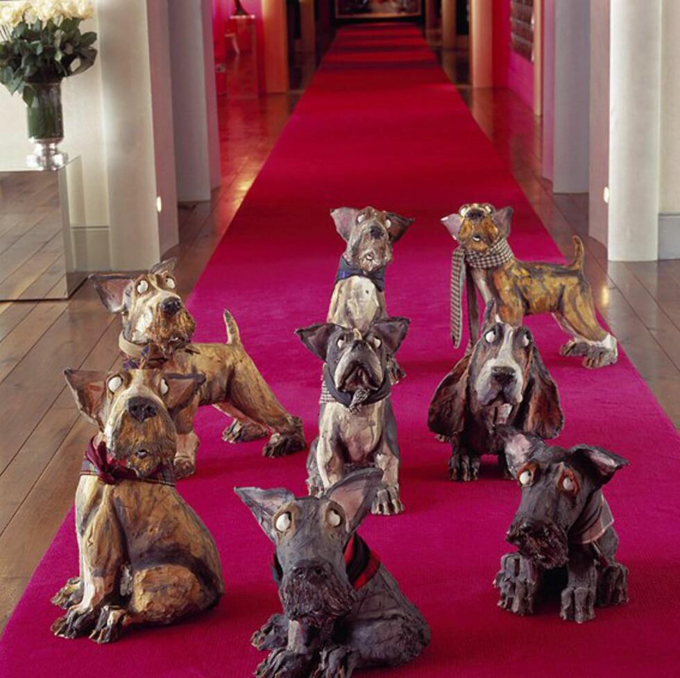 Disse skyldbetyngede hundene står spredt rundt i hotellets fellesområder. Foto: The g hotel