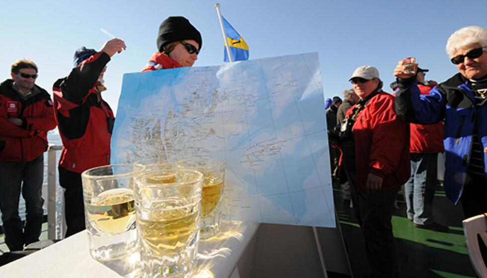 Linie akevitt hører hjemme ved passering av 80 grader nord, så nære du kan komme med vanlig skip til Nordpolen. Isbryteren Polarstar gikk enda litt videre.   Foto: Hans Kristian Krogh-Hanssen