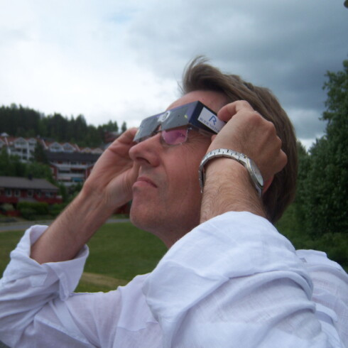 Vanlige solbriller beskytter ikke nok. Bruk CE-merkede solformørkelsesbriller. Foto: Newswire