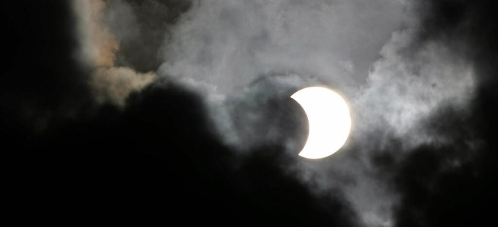 Det er tryggest å se solformørkelsen på internett eller på storskjerm i Frognerparken. Illustrasjonsfoto: Colourbox