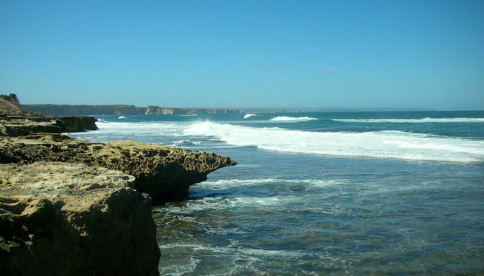 På andre siden av Port Campbell finner du en litt annen type landskap. Her med de høye klippene i bakgrunnen.