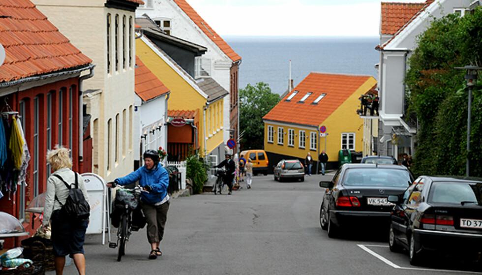 Typisk gatebilde fra Bornholm - kun trilling av sykkelen er lov på vei nedover... Foto: Hans Kristian Krogh-Hanssen