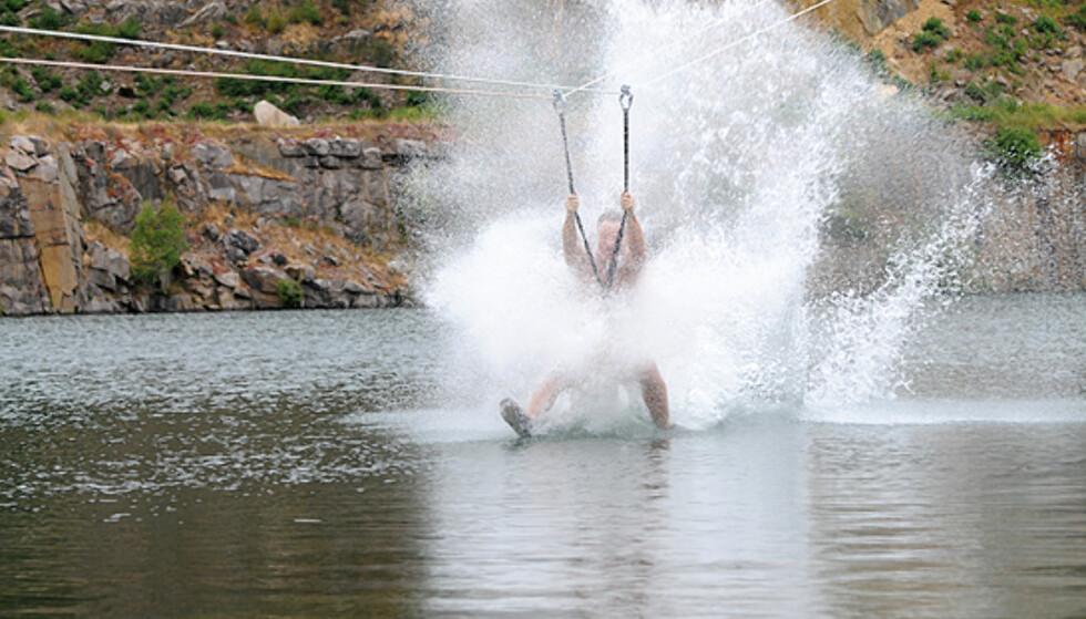 Taubanen byr på fart og spenning. Du treffer vannflaten i over 40 kilometer i timen... Foto: Hans Kristian Krogh-Hanssen