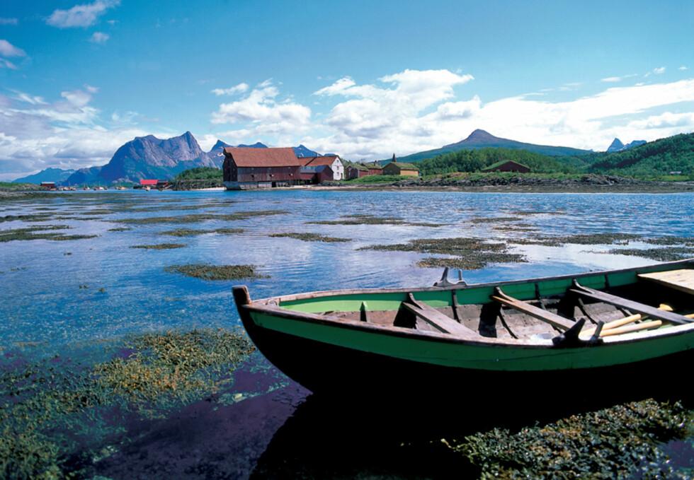 Her fra avstikkeren Kjerringøy, som egentlig er en halvøy. Her bør du kjøre med moderat fart for å få med deg alt - de lave svabergene og idylliske badeplassene med kritthvit sand er vel verdt en titt.  Foto: Frithjof Fure Foto: Frithjof Fure