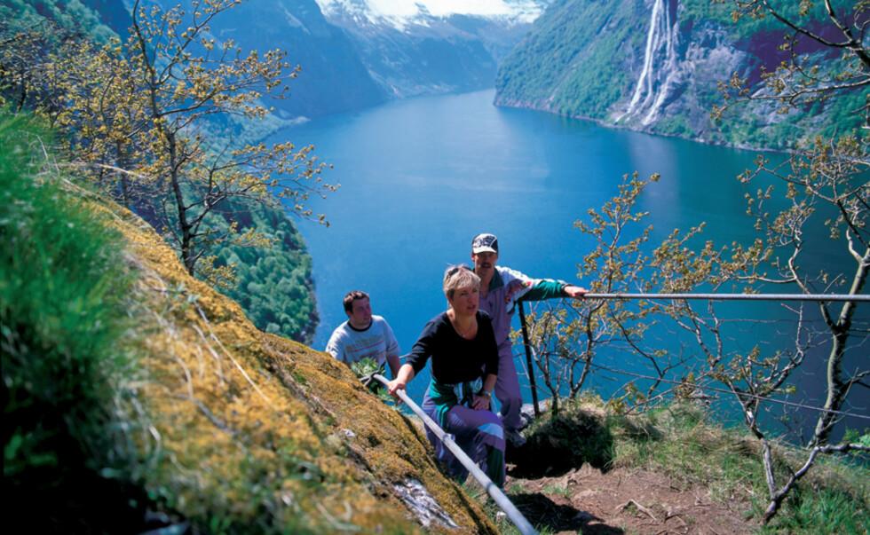 Geiranger er litt av en turistfelle, og på dager hvor det ligger tre-fire cruiseskip i havna kan det være flere tusen turister på stedet - men det er plass til alle. En fjelltur i Geiranger, med fjorden nedenfor deg, er en stor opplevelse. Her på vei til den fraflyttede gården Skageflå - en tur for de aller sprekeste.  Foto: Frithjof Fure Foto: Frithjof Fure/Innovasjon Norge