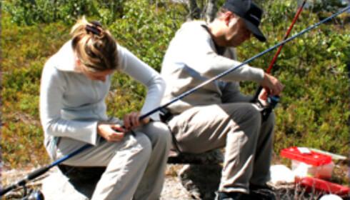 Fiskestengene klargjøres i håp om storfangsten Foto: Anette Cvijanovic