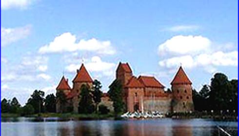 Under byferien anbefales det å ta seg en tur ut til den lille landsbyen Trakai, som ligger plassert midt mellom fem innsjøer utenfor Vilnius og er landets gamle hovedstad. Dette slottet er over 600 år.  Foto: www.vilnius.com