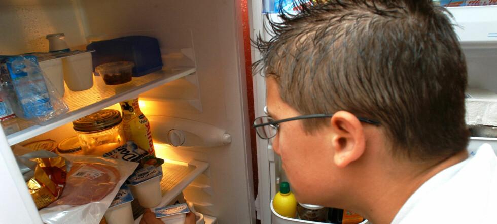 Bestem deg for hva du har lyst på før du åpner kjøleskapsdøren, så unngår du at unødig mye varme slipper inn. Foto: Colourbox