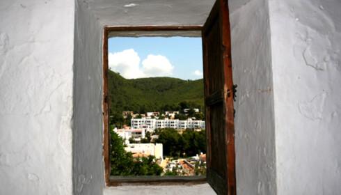 Ibizas natur sett gjennom et kirkevindu. Foto: Kim Jansson
