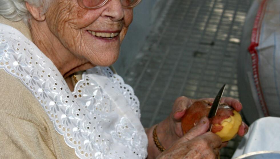 Denne damen er nesten hundre år. Her sitter hun og forbereder middagen ute i en av Ibizas koselige bakgater. Foto: Kim Jansson