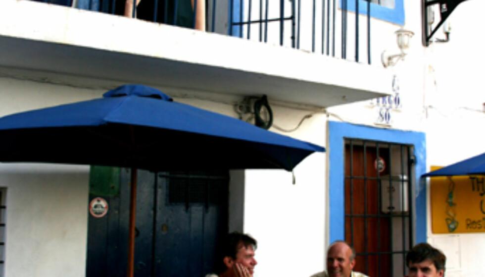 Koselig familiehygge i en bakgate i Ibiza by. Vent nå litt, noen har glemt dokka si på verandaen... Foto: Kim Jansson