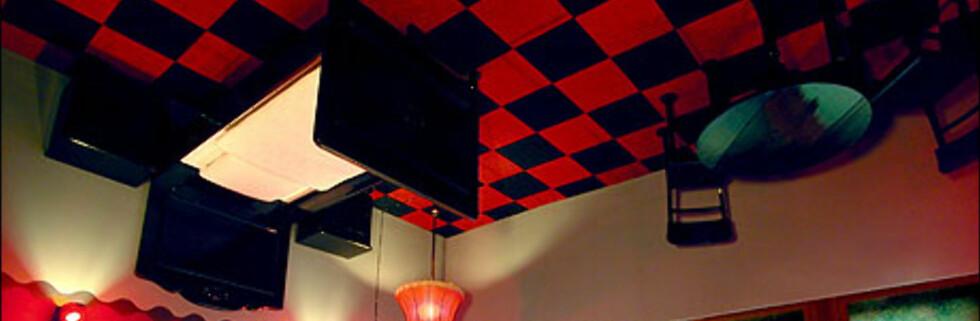 Nei, vi har ikke glemt å snu bildet. Dette er nemlig et av de svært originale hotellrommene du kan tilbringe natta i på Propeller Island i Berlin. I dette rommet er alt opp-ned - dette er et bildet av taket i rommet. Foto: Lars Stroschen