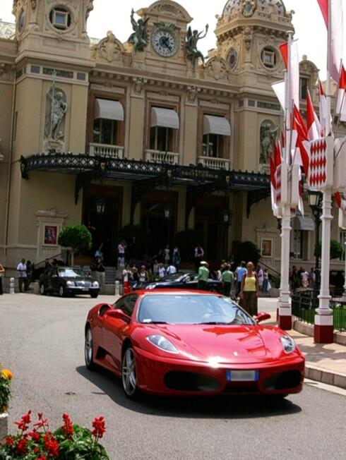 De som henger i dette kasinoet er ikke spesielt fattige, noe som skinner tydelig gjennom på bilene som er parkert utenfor. Foto: Anna Maria Lopez  Foto: Anna Maria Lopez