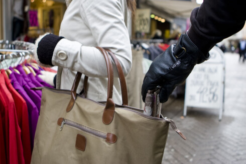 Pass på - du kan like gjerne bli utsatt for tyveri på Norgesferien som i utlandet. Illustrasjon: colourbox.com Foto: colourbox.com