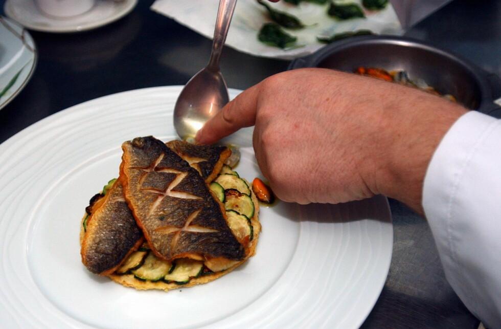 © PHOTOPQR/LE TELEGRAMME/CLAUDE PRIGENT MUR DE BRETAGNE (22) LE 07/09/2004  Auberge, restaurant, cuisine, preparation du poisson, dos de bar. Foto: colourbox.com