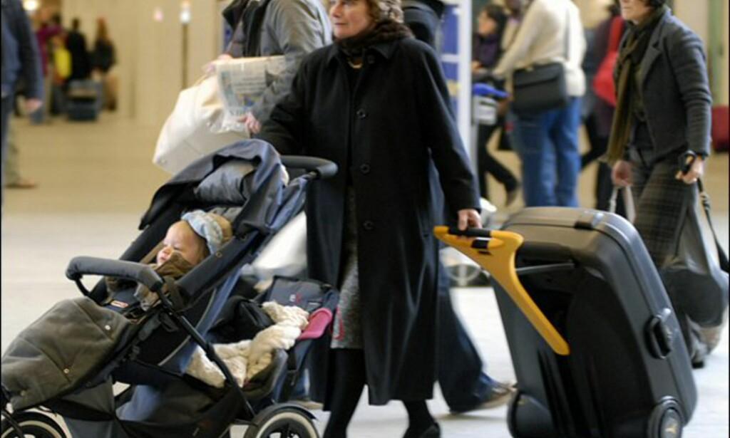Kjekt å ha en motorisert koffert når man triller barn også. Foto: LiveLuggage