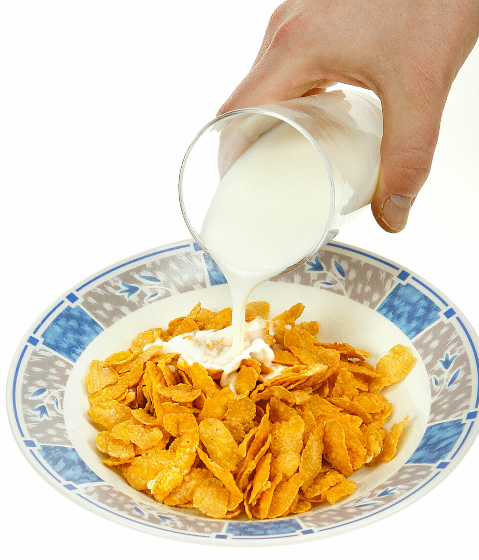 En tallerken Cornflakes og et glass melk.