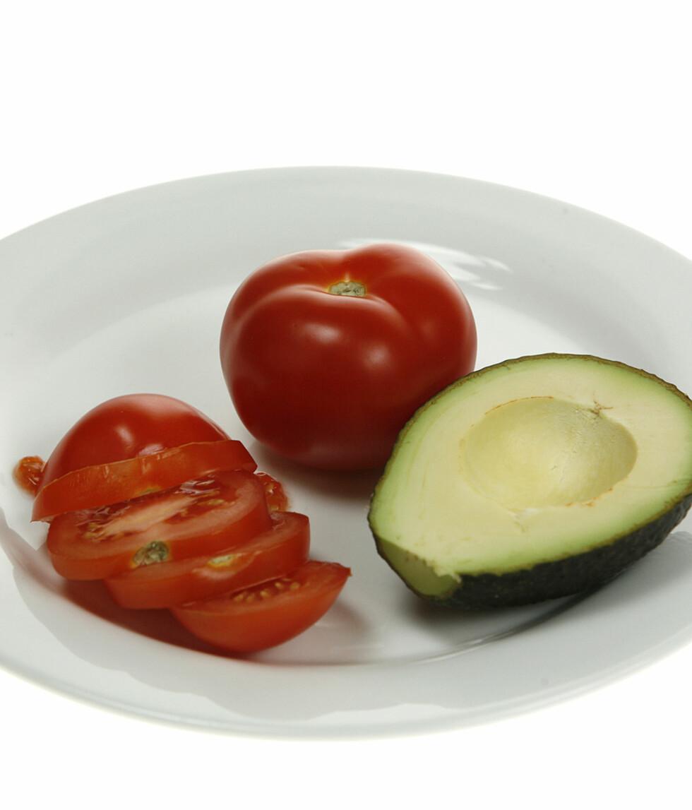 En halv avocado og to tomater.