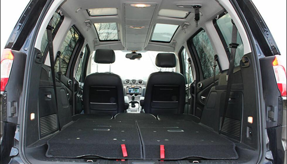 Testbilen hadde panoramatak og oppbevaringsbokser i taket.