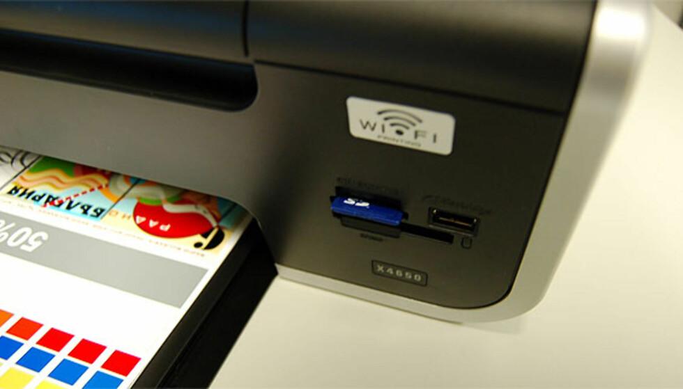 I fronten sitter en kortleser for de fleste aktuelle minnekort og minneplugger. USB-porten muliggjør også utskrift direkte fra PictBridge-kompatible kameraer.