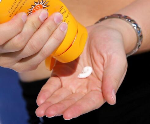 Dette er IKKE nok. Ifølge Kreftforeningen skal du bruke en håndfull hvis du skal smøre deg på hele kroppen.  Illustrasjonsfoto: Colourbox.com