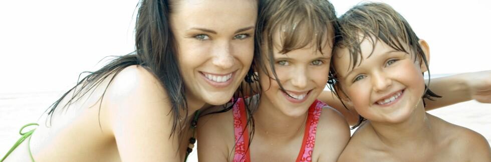 En hel familie på stranda bør bruke mye solkrem. Vi har funnet den rimeligste. Foto: 6PA/MAXPPP
