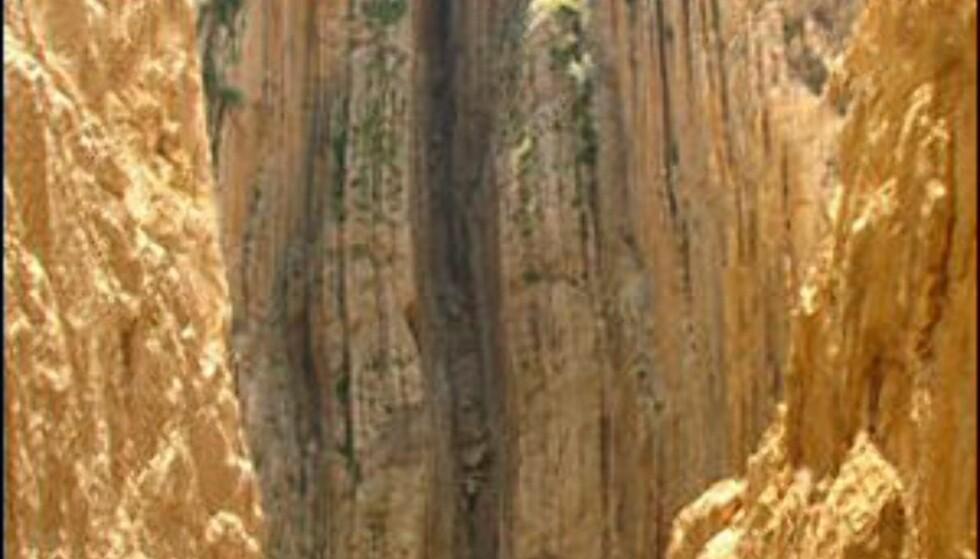 Midt på fjellveggen skimter du stien. Foto: Wikipedia