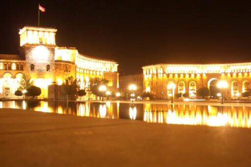 ARMENIA: Sentrumstorget i hovedstaden Yerevan lyser opp i natten.